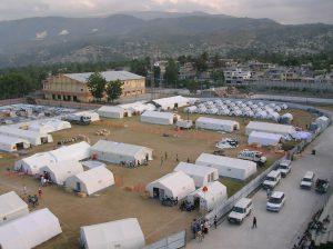 Luftaufnahme eines Fußballfeldes mit ca. 30 Zelten