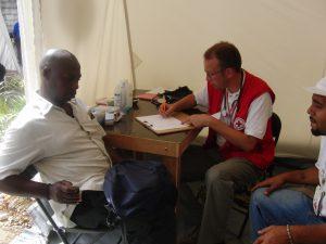 André Hemping-Bovenkerk versorgt einen Patienten